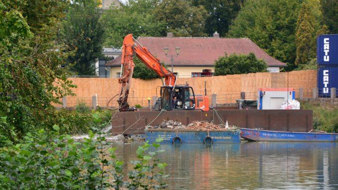 Schaufelbagger siebt den Schlamm: Die Räumungsarbeiten am Kleinen Wallgraben sind fast abgeschlossen.© Sylke Grede